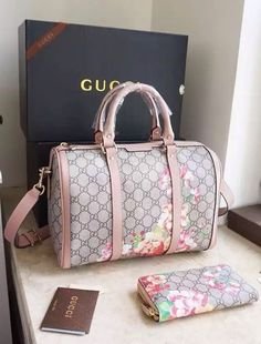 Women's Handbags For Every Occasion : Gucci offers us some stunning sights to view with the Blooms GG Supreme Boston Bag. It is a Boston bag loaded with a lot femininity – sweet, spice and whatever nice! Fall Handbags, Gucci Handbags, Luxury Handbags, Fashion Handbags, Purses And Handbags, Fashion Bags, Cheap Handbags, Designer Handbags, Popular Handbags