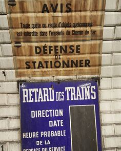 1950's-style signs in the Paris metro