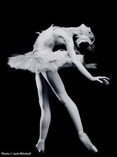 The Black Swan Workout. Natalie Portman received critical acclaim for her role in the 'Black Swan', but the rapid transformation of her figure drew as much attention as her acting skills.  Ballerina Mary Helen Bowers trained Natalie Portman for her Oscar-nominated role year.  This involved six months of intense 10 to 12-hour dance sessions, often six days a week..