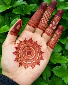 Detailed henna for hand (by @hayats_henna)