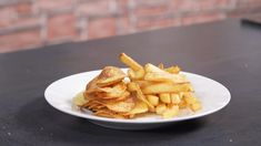 Nepotřebujete moc, stačí obyčejné brambory, tuk, sůl a správný návod. Pak se vám všechny formy smažených brambor vyvedou dozlatova. Snack Recipes, Snacks, Chips, Food, Snack Mix Recipes, Appetizer Recipes, Appetizers, Potato Chip, Essen