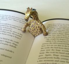 Giraffe book page holder. Giraffe and book - awesome! Polymer Clay Kunst, Polymer Clay Projects, Polymer Clay Creations, Keramik Design, Book Holders, Paperclay, Clay Animals, Clay Charms, Book Pages
