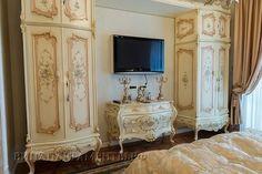 """Роскошный интерьер, способен удивить своей лаконичностью и изысканностью, а также уникальной текстурой и Внутреннее убранство пентхауса дополнено мебелью ручной работы от """"Fratelli Radice"""" ."""