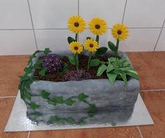 dort - betonový truhlík (koryto) s květinami / cake - concrete box (trough) with flowers