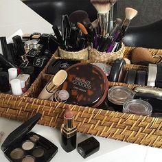 Make-up organiser.  Poranne centrum dowodzenia 💄💋☕️ #morning #goodmorning #beauty #makeup #cosmetics #home #piekniejestzyccosmetics