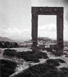 Eli Lotar .Νάξος, άποψη της Χώρας από την Πορτάρα το 1936... Naxos Greece, Golden Gate Bridge, Old Photos, Black And White, Retro, Old Pictures, Black N White, Vintage Photos, Black White