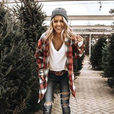 Admiring Fall Outfits Ideas With Flannel To Try Asap - People wear casual shirts for just about any occasion these days. They are very relaxing and comfortable and can be worn for almost any situation. Red Flannel Outfit, Cute Flannel Outfits, Plaid Shirt Outfits, Flannel Fashion, Casual Fall Outfits, Fall Winter Outfits, Cute Outfits, Flannel Style, Casual Christmas Outfits