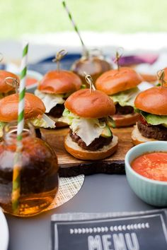 Mini Sliders, Chicken Wings Spicy, Snack Recipes, Cooking Recipes, Mini Burgers, Retro Recipes, Backyard For Kids, Football Food, Effortless Chic