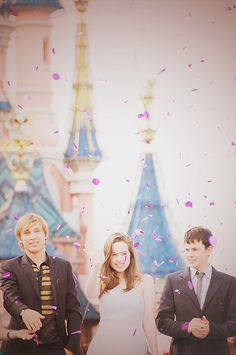 Will Moseley, Anna Popplewell and Skandar Keynes at Disney World! This makes my heart happy.....