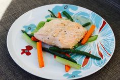 Trancio di salmone al limone e rosmarino INGREDIENTI:  Salmone 4 tranci (180 gr. l'uno)  Carote 100 gr.  Zucchini 100 gr,  Fagiolini 100 gr.  Aglio 2 spicchi  Vino bianco 1 bicchiere  Succo di Limone 75 ml.  Rosmarino 1 ramo  Olio d'oliva Q.b.  PREPARAZIONE:  Ottenete 4 tranci di salmone di un peso di 180 gr. l'uno. Lavare le verdure, tagliatele a tronchetti di una grandezza di di 3 cm per 1 cm. Sbollentate le verdure nei seguenti tempi, 4 minuti le carote, 4 minuti i fagiolini e 2 minuti le…