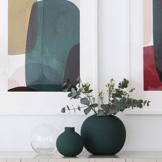 Decor, Table Top Design, Table Setting Decor, Vase, Dark Interiors, Green Table Settings, Green Vase Decor, Interior Design, Vases Decor