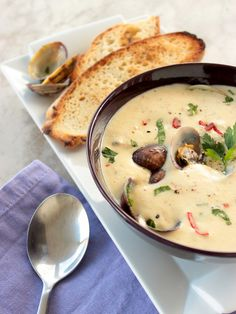 Classic New England clam chowder - Fresh clams, potatoes and bacon make this soup impossible to resist. Recipe by thepetitecook.com