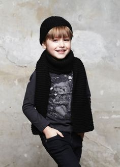 Long sleeves tee-shirt, woolen scarf and hat