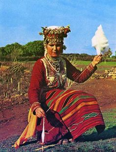 """Bride costume from field Boymiya (geographical matches Gevgeliyski - valandovskata valley ) , which today is politically divided between the Republic of Macedonia and Greece . As in other areas of the Bulgarian ethnic land and Boymiyata for bride costume is characteristic special """"trap """" , made in the form of a wreath adorned with natural and artificial flowers, lots of beads and metal ornaments ."""