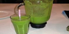 Green smoothies provide many health benefits for people, regardless of their age, gender, or fitness levels. Green smoothies combine various ingredients that provide an array of nutrients for the b… Best Green Smoothie, Healthy Green Smoothies, Green Smoothie Recipes, Healthy Detox, Healthy Drinks, Healthy Tips, Milk Shakes, Clean Your Liver, Skin Care Home Remedies