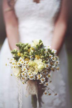 rustic bouquet with chamomile and craspedia http://weddingwonderland.it/2015/06/fiori-per-un-matrimonio-in-estate.html