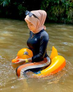 Image may contain: one or more people and outdoor Hijab Teen, Arab Girls Hijab, Muslim Girls, Beautiful Hijab Girl, Beautiful Muslim Women, Beautiful Asian Girls, Muslim Women Fashion, Modern Hijab Fashion, Hijabi Girl