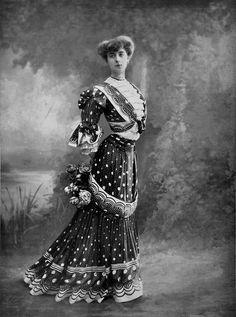 City dress by Laferrière, photo by Reutlinger, Les Modes April 1905.