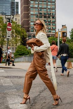 Stylish Everyday Outfits Ideas For Fall Season Nyc Street Style, Nyfw Street, Looks Street Style, Autumn Street Style, Looks Style, Street Chic, Fashion Show Street Style, Street Fashion Nyc, Street Styles