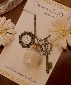 """Collar con botellita, llave y letrero """"Drink me"""" con vidrio.   Corona de Papel Accesorios"""