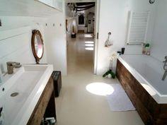 une vie simple à flot: Ams - Home Decora La Maison Houseboat Decor, Houseboat Living, Barge Interior, Narrowboat Interiors, Vie Simple, Dutch Barge, Mini Loft, Living On A Boat, Floating House
