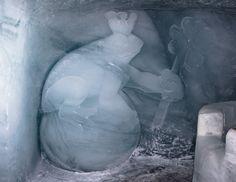 Froschkönig auf Eisball mit Wunschbrunnen Grösse ca. 2m. aus Gletschereis. Künstler Fredi Odermatt. #Eisskulpturen #Eisfiguren #Mittelallalin #Eispavillon #Saas-Fee #icesculptures  www.eisskulpturen.ch