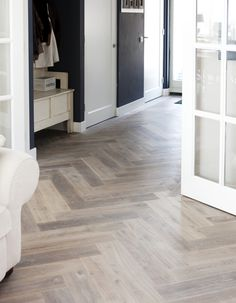 Houten vloer visgraat gerookt witte olie via Uipkes vloeren Living Room Flooring, My Living Room, Kitchen Flooring, Home And Living, Veranda Design, Sol Pvc, Love Your Home, Parquet Flooring, Pvc Flooring