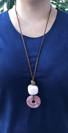 Wooden Bead Necklaces, Wooden Jewelry, Beaded Jewelry, Jewelry Necklaces, Leather Jewelry Making, Leather Necklace, Diy Necklace, Fashion Accessories, Fashion Jewelry