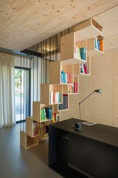 Escada de madeira com compartimentos para livros.  http://www.decorfacil.com/modelos-de-escadas-diferentes/