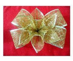 Fiocco in organza En este vídeo les enseño hacer un lindo y muy fácil moño navideño con flores en cintas de organza escarchada Materiales: 1.05 mt de cinta de organza navideña...