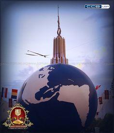 La parte superior del Templo Sede Internacional de la Iglesia La Luz del Mundo se puede observar detrás del enorme globo del mundo.