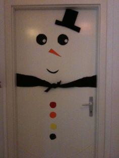 Bonhomme de neige sur une porte