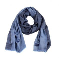 Ein leichter Schal mit zwei verschiedenen Seiten. Jede Seite des Schals hat eine etwas andere Farbe. Das leichte und hochwertige Material ist sehr angenehm auf der Haut und bringt Farbe in den Alltag.