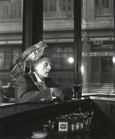 Robert Doisneau, M. Beauvior, l'homme au faucon, 1950.