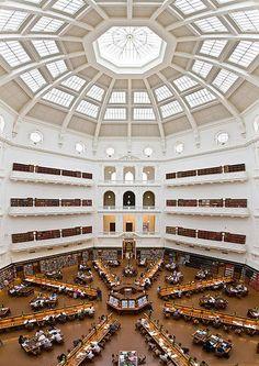 La bibliothèque d'État du Victoria à Melbourne Ouverte en 1856, cette bibliothèque possède plus de 1,5 million de livres et 16 000 périodiques.