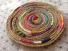 Digital - Página 265 - Anne Bright Designs - ideas hermosas y diferentes Rope Crafts, Diy And Crafts, Boho Diy, Bohemian Decor, Rag Rug Tutorial, Ideias Diy, Baskets On Wall, Art Plastique, Diy Craft Projects