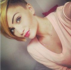 Trendy Short Haircut für glatte Haare