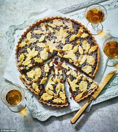 Christmas with a delicious twist: Easy Christmas mincemeat tart Christmas Recipes, Christmas Ideas, Mincemeat, Food Articles, Latest Recipe, Simple Christmas, Pastries, Food Inspiration, Boxing