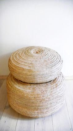 Braided Palm Leaves Pouf, made by artisans in Morocco..: Color: naturel.: Material: Palm Leaves.: Size: Ø 55 cm /// 22,5 inches ( /-).: Handmade in MoroccoThese poufs are sent without filling for comfort. Unstuffed pouffes are smaller, lighter. If you would prefer your pouf pre-stuffed, please convo me. Shipping weight of pre-stuffed poufs will determine the actual shipping costs./. Please allow 3 days before it is ready to ship.
