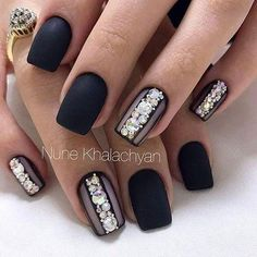 Opting for bright colours or intricate nail art isn't a must anymore. This year, nude nail designs are becoming a trend. Here are some nude nail designs. New Year's Nails, Fun Nails, Hair And Nails, Nice Nails, Fabulous Nails, Gorgeous Nails, Black Nail Designs, Nail Art Designs, Nagellack Design