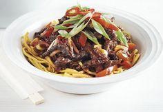 Acılı Çıtır Biftek Çin mutfağının önemli tariflerinden. İçindeki pek çok farklı tat ile damaklarda lezzet şöleni yaratıyor. Pratik tarifin malzemeleri şöyle