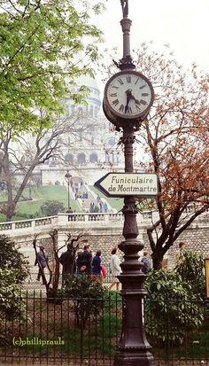 Reloj en Montmartre ... aquí se toma el funicular que se eleva hasta la Basílica del Sacre Coer, París, Francia.