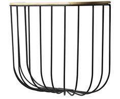Cooler Käfig-Look für Flur und Diele: Das Wandregal FUWL von Menu setzt auf puristisches Gitter-Design und hat einiges zu bieten. Der schwarze Holzdeckel aus Eschenholz ist aufklappbar und macht sich als Stauraum optimal. Ob Tücher, Mützen oder für Sonnenbrille, mit FUWL haben Sie ein perfektes Wandaccessoire gefunden!