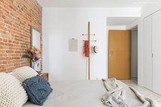 quarto aconchegante com parede de tijolinho e cabideiro de design assinado - matéria em parceria com a boobam.com.br