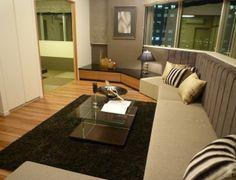 インテリアコーディネート リビングルーム|夜景をバックに寛げます。 大きなソファは友人を たくさん呼んでも余裕です!