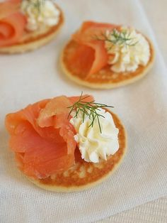 Mini blinis with salmon {fresh cheese, dill & lemon}, Mini Appetizers, Appetizer Recipes, Canapes Salmon, Bacon Fries, Brunch, Creole Recipes, Creative Food, Creative Ideas, Gourmet