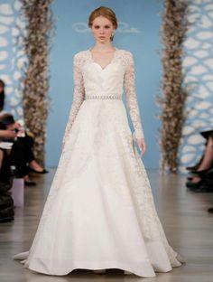 vestido de novia con mangas largas cubiertas de encaje y cuello discreto en V - Foto Oscar de la Renta