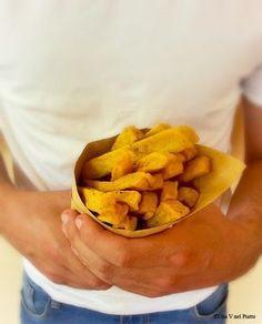 Sfiziosi stick di ceci, come fossero patatine fritte in cui una tira l'altra. Una sfiziosità alla quale è difficile resistere.