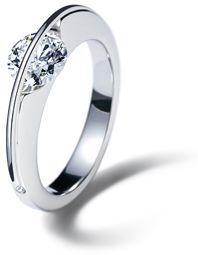 A slender platinum arch spans over the brilliant-cut diamond. Clever! By Gebrüder Schaffrath. ♥
