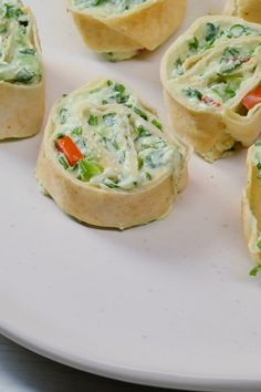 These colorful spinach dip roll ups feature tangy cream cheese, vibrant spinach & colorful veggies, rolled into scrumptious bite-sized appetizers! Spinach Roll Ups, Baked Spinach Dip, Vegan Spinach Dip, Creamy Spinach Dip, Spinach Puffs Recipe, Veggie Roll Ups, Classic Spinach Dip Recipe, Low Carb Low Calorie, Homemade Spinach Dip